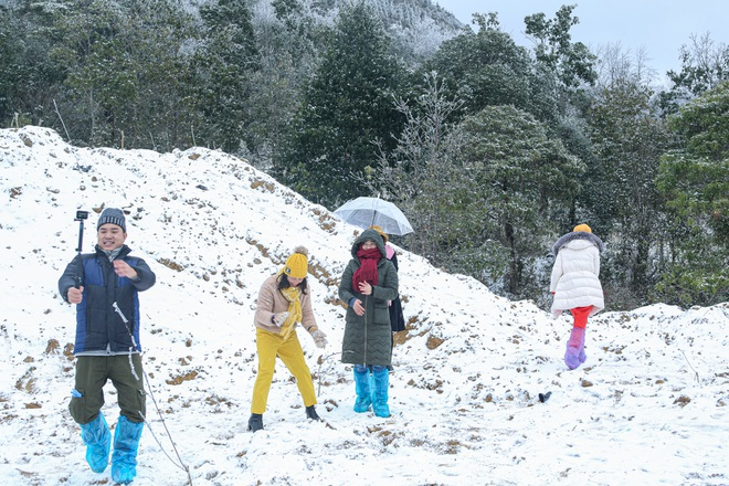 Du khách thích thú đổ ra đường, chụp ảnh với băng tuyết trắng xóa ở Y Tý - 9
