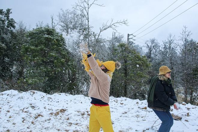 Du khách thích thú đổ ra đường, chụp ảnh với băng tuyết trắng xóa ở Y Tý - 8