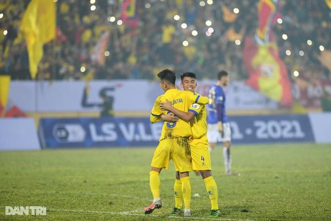 CLB Hà Nội thua đậm Nam Định: Thiên Trường mở hội, ngân vang khúc khải hoàn - 26