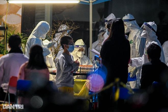 Trắng đêm lấy mẫu xét nghiệm Covid-19 hàng nghìn người ở tòa nhà 88 Láng Hạ - 11