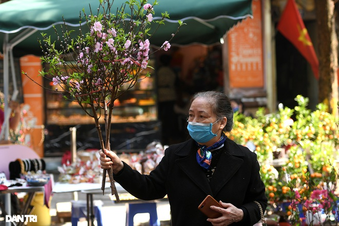 The sunshine came back and filled the streets of Hanoi on the 29th of Tet - 7