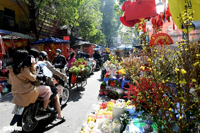 The sunshine came back and filled the streets of Hanoi on the 29th of Tet - 2