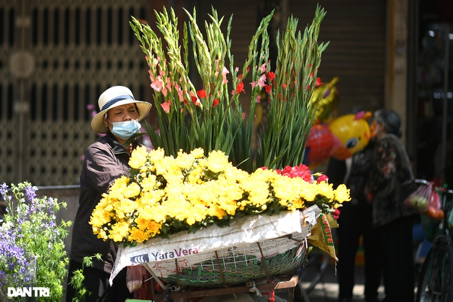 The sunshine came back and filled the streets of Hanoi on the 29th of Tet - 18