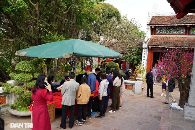 Người dân Hà Nội nô nức đi lễ đầu xuân Tân Sửu - 18