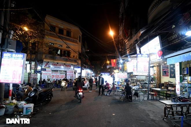 Công an Hà Nội kiểm tra xuyên đêm, yêu cầu hàng quán đóng cửa trước 0h  - 2