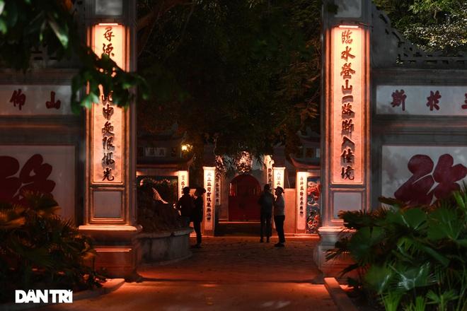 Công an Hà Nội kiểm tra xuyên đêm, yêu cầu hàng quán đóng cửa trước 0h  - 8