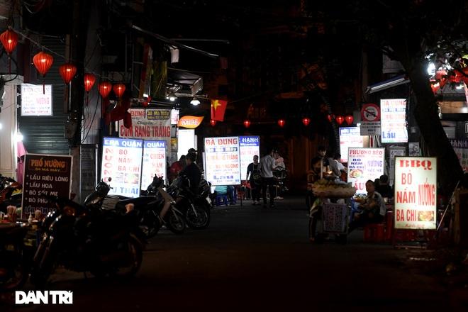 Công an Hà Nội kiểm tra xuyên đêm, yêu cầu hàng quán đóng cửa trước 0h  - 3