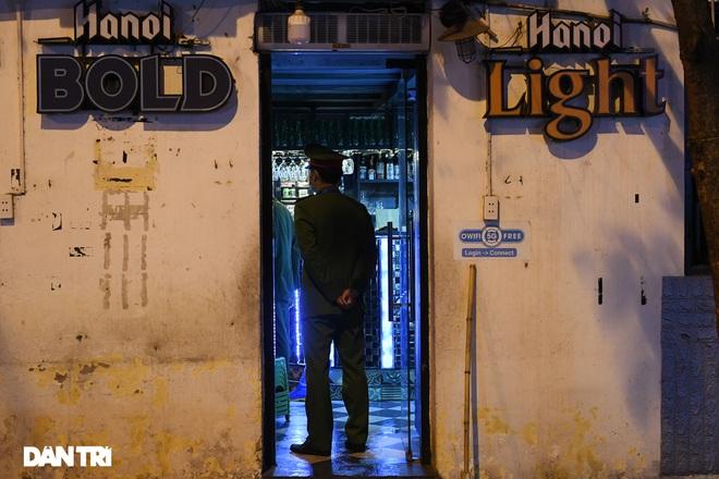 Công an Hà Nội kiểm tra xuyên đêm, yêu cầu hàng quán đóng cửa trước 0h  - 19