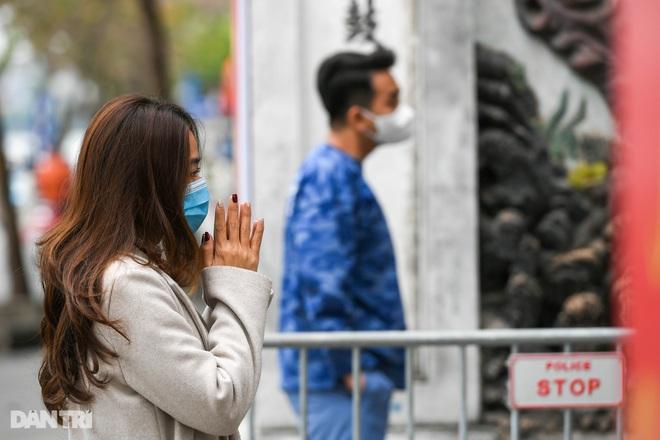 Đền chùa đóng cửa, dân công sở tranh thủ đi lễ vái vọng từ xa - 16