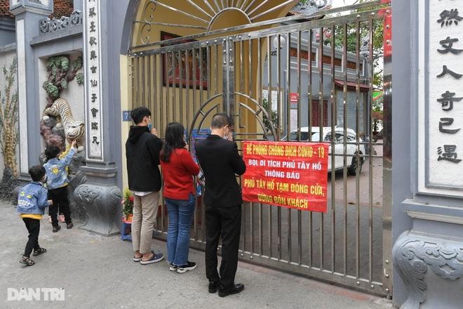 Đền chùa đóng cửa, dân công sở tranh thủ đi lễ vái vọng từ xa - 17