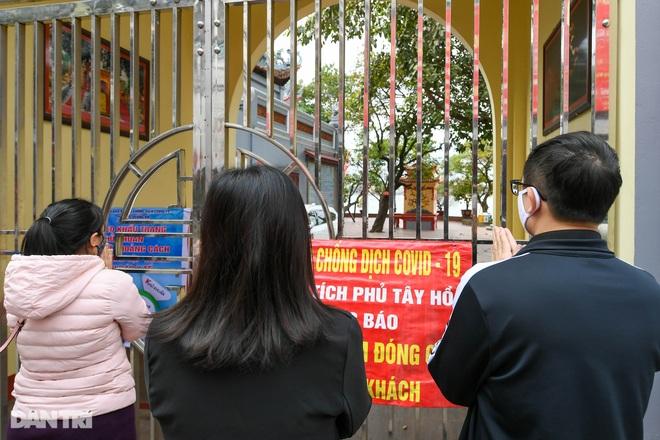 Đền chùa đóng cửa, dân công sở tranh thủ đi lễ vái vọng từ xa - 14