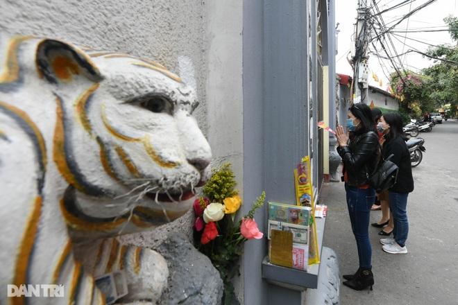 Đền chùa đóng cửa, dân công sở tranh thủ đi lễ vái vọng từ xa - 15