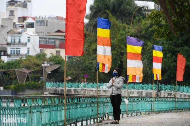 Đền chùa đóng cửa, dân công sở tranh thủ đi lễ vái vọng từ xa - 10