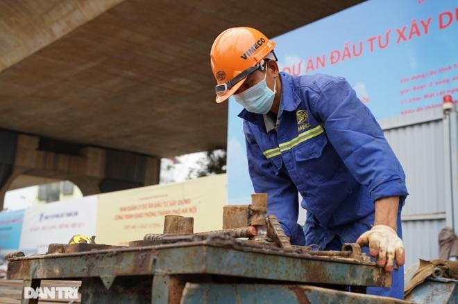 Công trường xây dựng cầu Vĩnh Tuy 2 vượt sông Hồng hơn 2.500 tỷ ở Hà Nội - 6