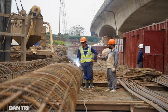 Công trường xây dựng cầu Vĩnh Tuy 2 vượt sông Hồng hơn 2.500 tỷ ở Hà Nội - 11