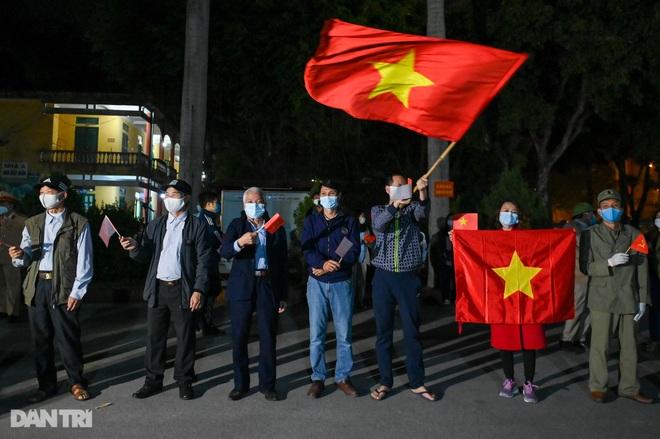 Cờ hoa rực rỡ, người dân vỡ òa cảm xúc khi TP Chí Linh được gỡ phong tỏa - 14