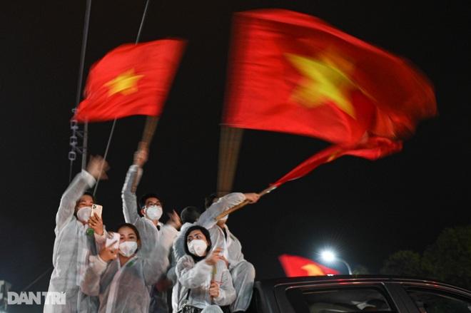 Cờ hoa rực rỡ, người dân vỡ òa cảm xúc khi TP Chí Linh được gỡ phong tỏa - 15