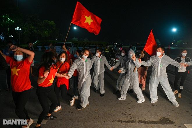 Cờ hoa rực rỡ, người dân vỡ òa cảm xúc khi TP Chí Linh được gỡ phong tỏa - 13