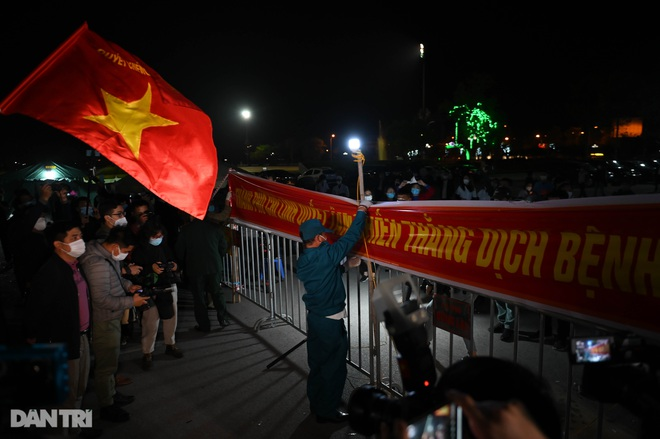 Cờ hoa rực rỡ, người dân vỡ òa cảm xúc khi TP Chí Linh được gỡ phong tỏa - 10