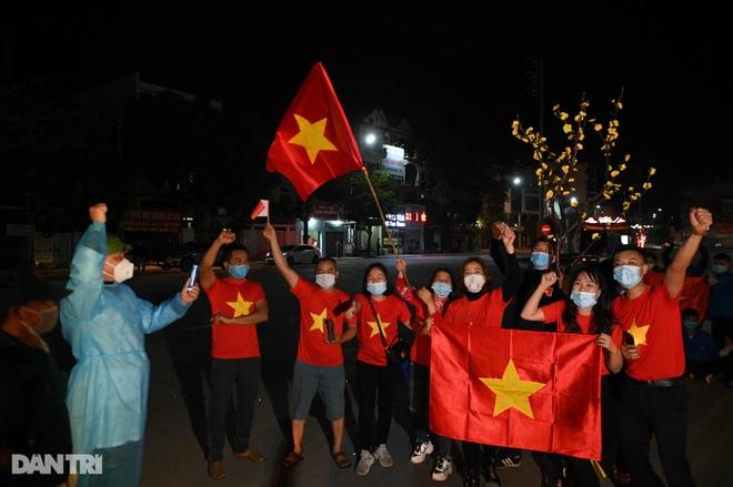 Cờ hoa rực rỡ, người dân vỡ òa cảm xúc khi TP Chí Linh được gỡ phong tỏa - 12