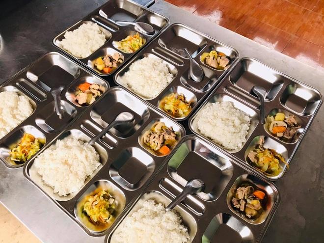 Bữa trưa 15.000 đồng và giấc mơ được ăn cơm nóng ở lớp - 7