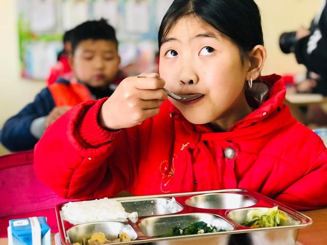 Bữa trưa 15.000 đồng và giấc mơ được ăn cơm nóng ở lớp - 4