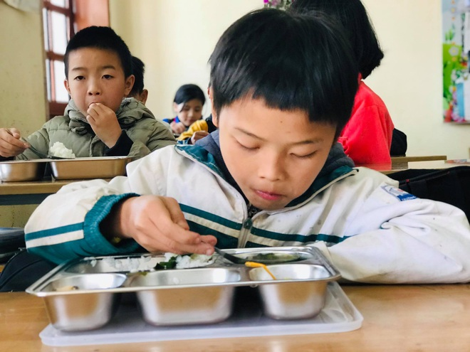 Bữa trưa 15.000 đồng và giấc mơ được ăn cơm nóng ở lớp - 3