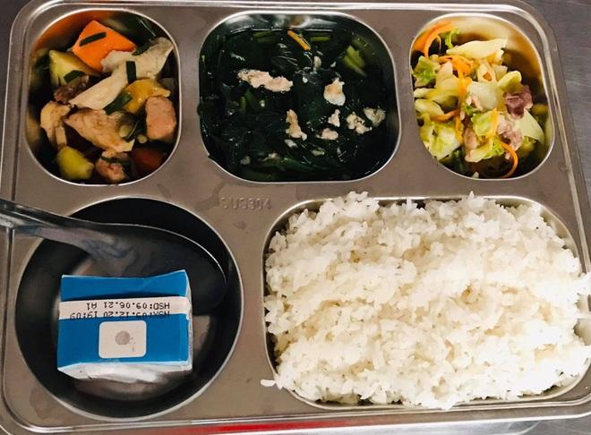 Bữa trưa 15.000 đồng và giấc mơ được ăn cơm nóng ở lớp - 9