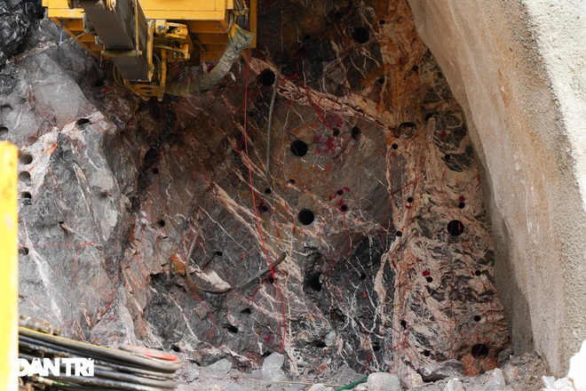 Cận cảnh nổ mìn, đào hầm xuyên núi đầu tiên ở Quảng Ninh - 6