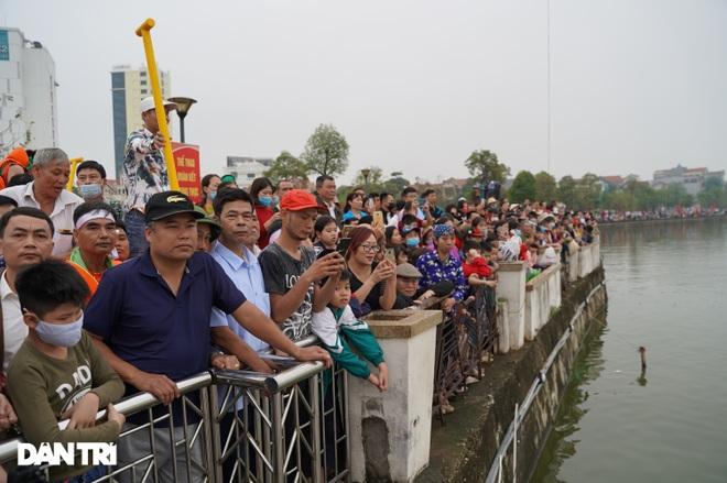 Hàng vạn người đổ về hồ Văn Lang xem đua thuyền rồng ở Phú Thọ - 4