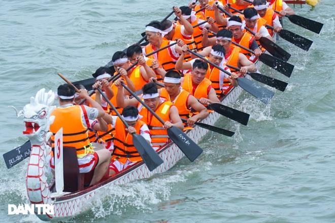 Hàng vạn người đổ về hồ Văn Lang xem đua thuyền rồng ở Phú Thọ - 10