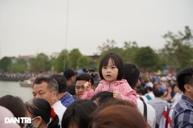 Hàng vạn người đổ về hồ Văn Lang xem đua thuyền rồng ở Phú Thọ - 7