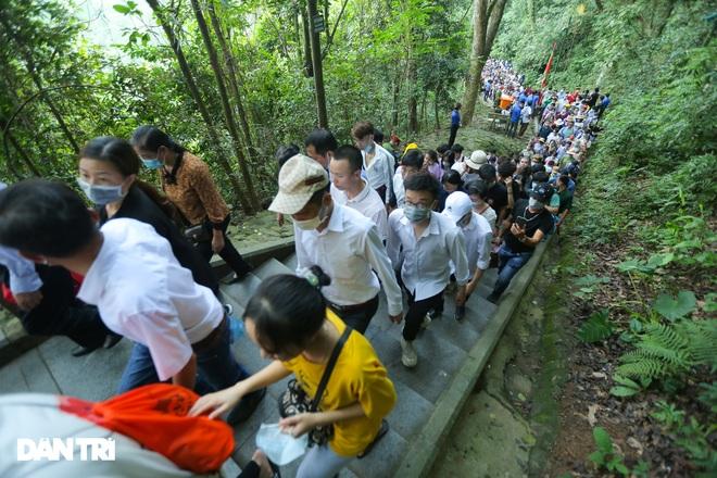 Biển người đổ về lễ hội Đền Hùng trong ngày Quốc Giỗ - 11