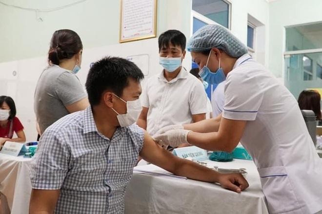Quảng Bình triển khai tiêm những mũi vắc xin Covid-19 đầu tiên - 2