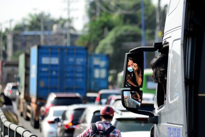 Kẹt xe kinh hoàng kéo dài hơn 2km tuyến đường phà Cát Lái - Nhơn Trạch - 6