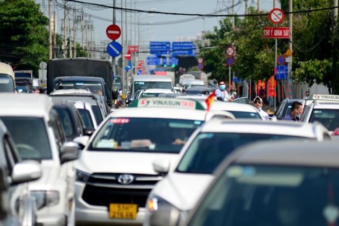 Kẹt xe kinh hoàng kéo dài hơn 2km tuyến đường phà Cát Lái - Nhơn Trạch - 4