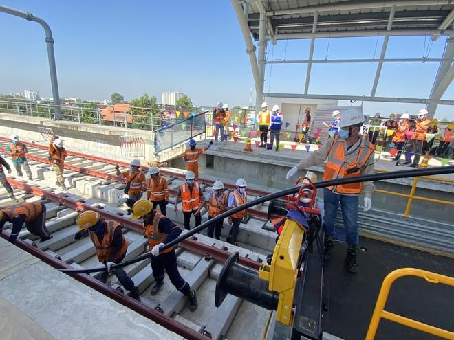Ngắm tuyến metro đầu tiên của TPHCM sau gần 10 năm chờ đợi - 18
