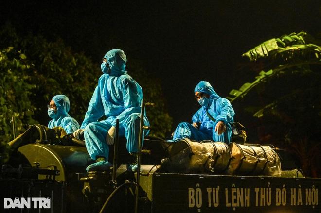 Xuyên đêm tẩy độc khử khuẩn nơi ở gần 6.000 người bị phong tỏa tại Gia Lâm - 7