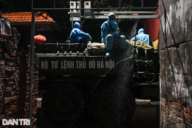 Xuyên đêm tẩy độc khử khuẩn nơi ở gần 6.000 người bị phong tỏa tại Gia Lâm - 9
