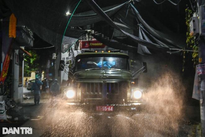 Xuyên đêm tẩy độc khử khuẩn nơi ở gần 6.000 người bị phong tỏa tại Gia Lâm - 17
