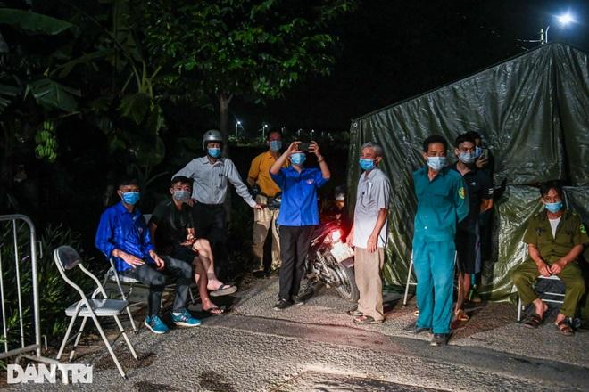 Xuyên đêm tẩy độc khử khuẩn nơi ở gần 6.000 người bị phong tỏa tại Gia Lâm - 13