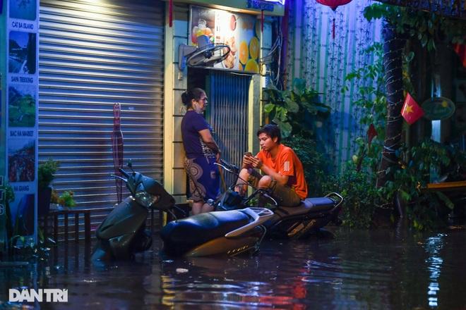 Hà Nội ngập sâu trong nước sau cơn mưa ngắn chưa đầy 1 tiếng đồng hồ - 8