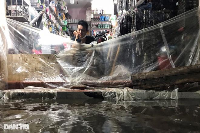 Hà Nội ngập sâu trong nước sau cơn mưa ngắn chưa đầy 1 tiếng đồng hồ - 19