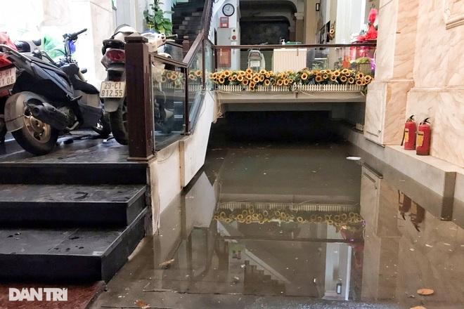 Hà Nội ngập sâu trong nước sau cơn mưa ngắn chưa đầy 1 tiếng đồng hồ - 18