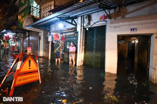 Hà Nội ngập sâu trong nước sau cơn mưa ngắn chưa đầy 1 tiếng đồng hồ - 7