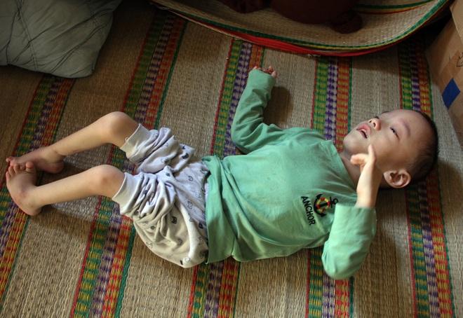 Cậu bé 6 tuổi nghẹn ngào cầu xin các nhà hảo tâm giúp đôi chân em lành lặn - 1