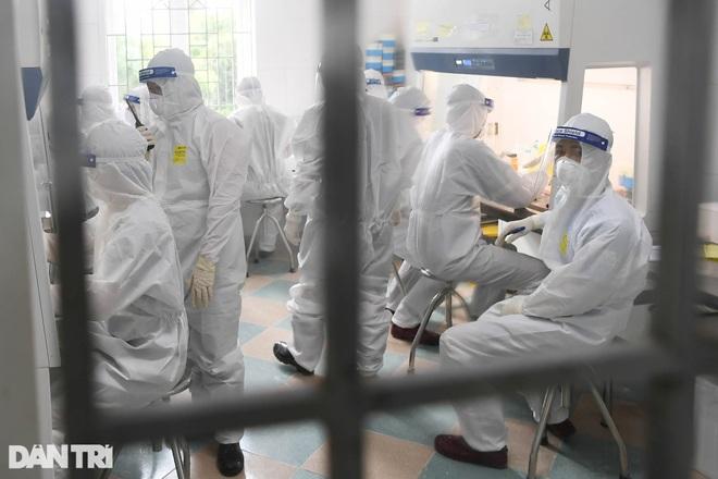 Cận cảnh khu xét nghiệm lớn nhất Việt Nam, cao điểm xử lý 20.000 mẫu/ngày - 5