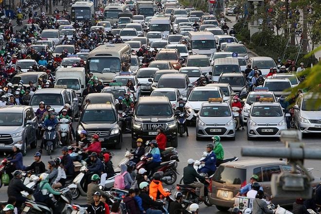 Vì sao ô tô nhập rộng cửa bứt phá, xe trong nước lại mắc kẹt?