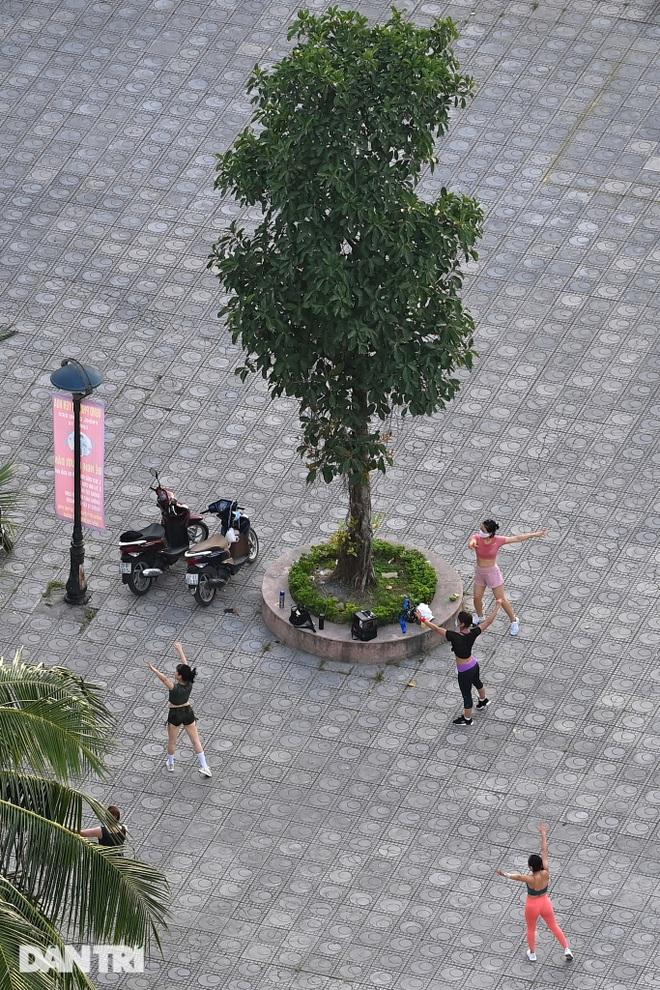Hồ Gươm biến thành trường đua xe đạp, chật ních người đi bộ tập thể dục - 12
