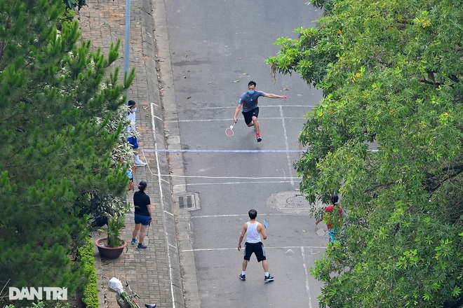 Hồ Gươm biến thành trường đua xe đạp, chật ních người đi bộ tập thể dục - 11